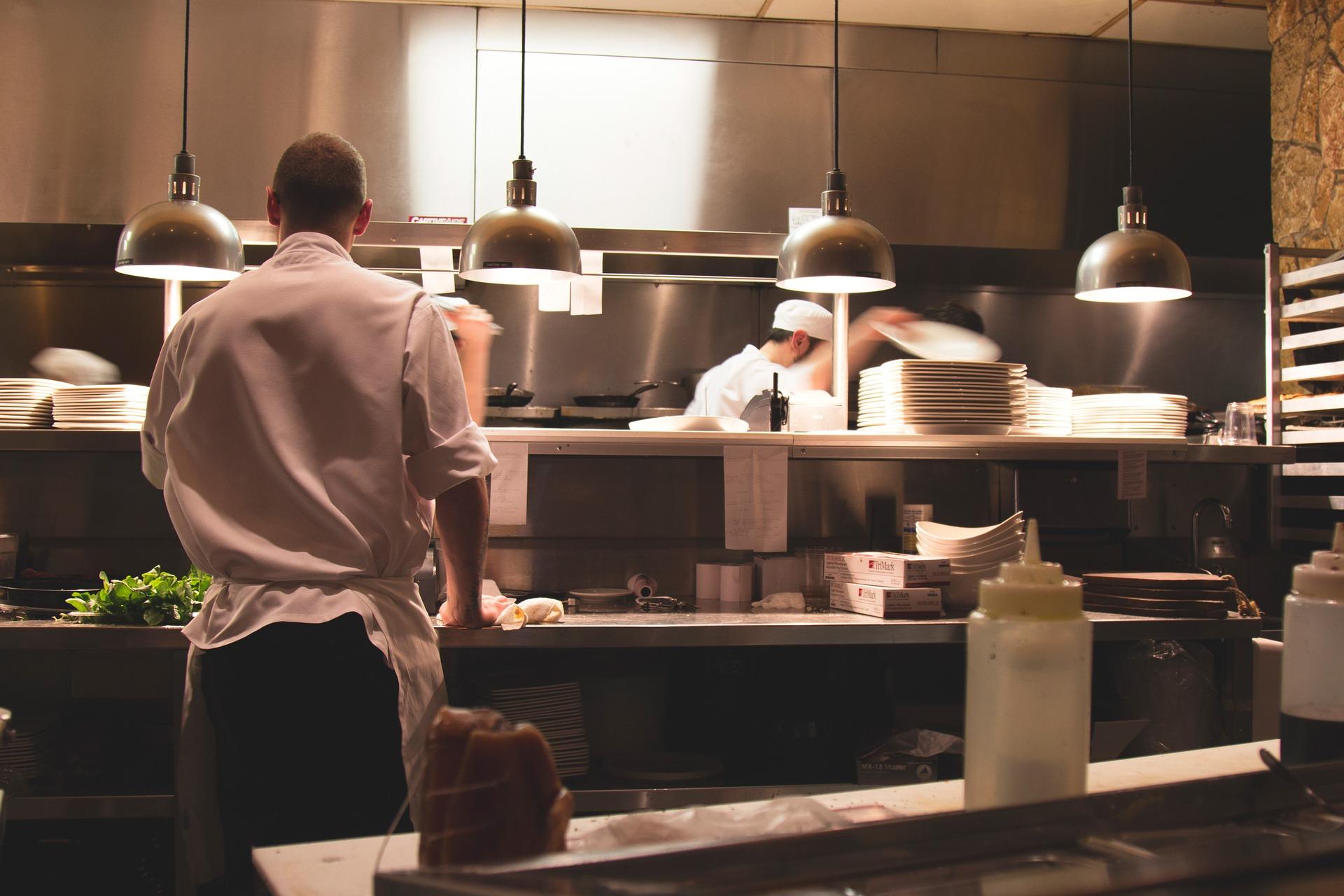 Cocina con cocineros trabajando